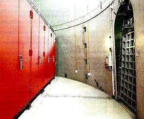 Foto: Im Fuß des 13 Meter breiten und 150 Meter hohen Stahlbetonturmes einer Windkraftanlage sind vier feuerbeständige IT-Sicherheitsschränke aufgestellt.