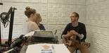 Die Moderatorinnen Jasmin und Sabine interviewen Jan Kalter (Hooray Sun) im L'UniCo-Studio auf H1.
