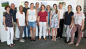 Foto (Heiko Appelbaum): Die Organisatorinnen Dr. Yvonne Koch und Sandra Bischof (v. r.) im Kreise der ausgezeichneten Fotografinnen und Fotografen. 2. und 3. v. l.: Klaus Krome und Helga Tebbe-Dietrich vom IMT.